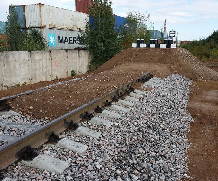 Строительство железной дороги (обсыпанный тупиковый деревянный упор) ЗАО «ЮИТ Санкт-Петербург», 2014 г.